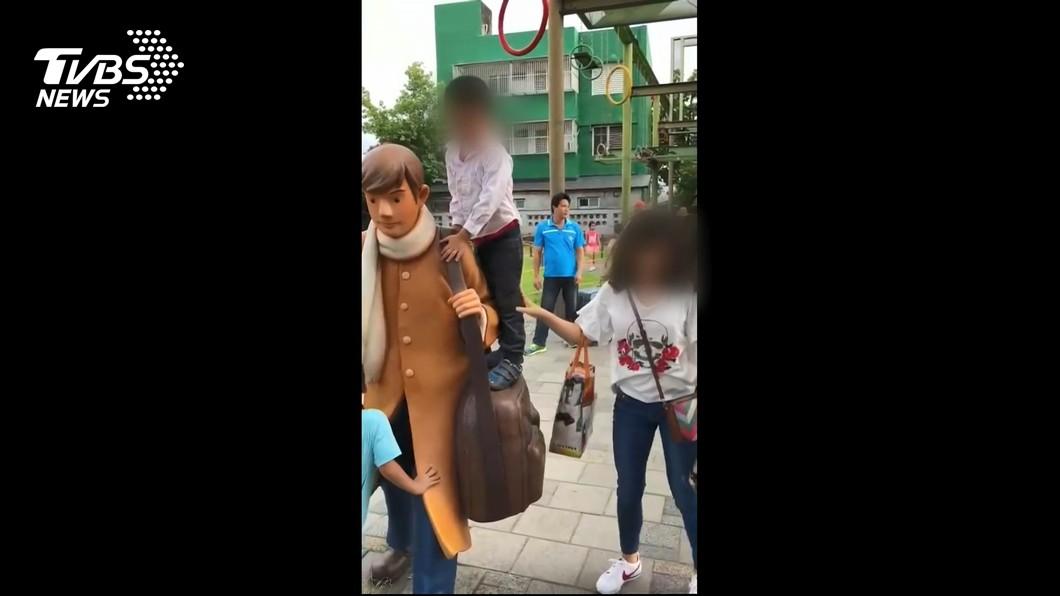 圖/TVBS 誇張!就為拍照 媽媽抱兒攀爬幾米人偶