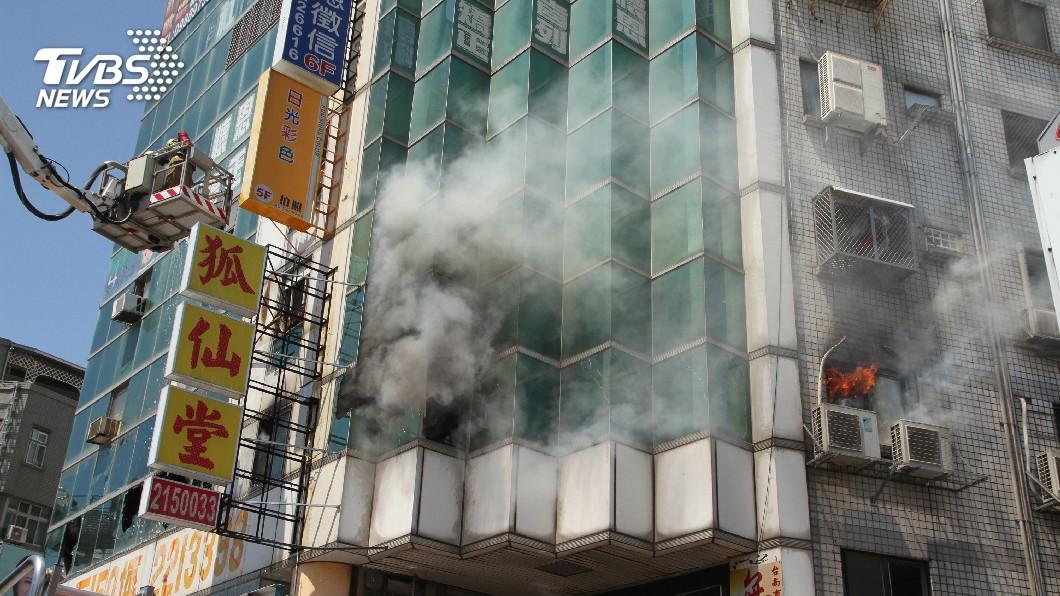 圖/中央社 台南住商大樓冒火 人員急疏散無傷亡
