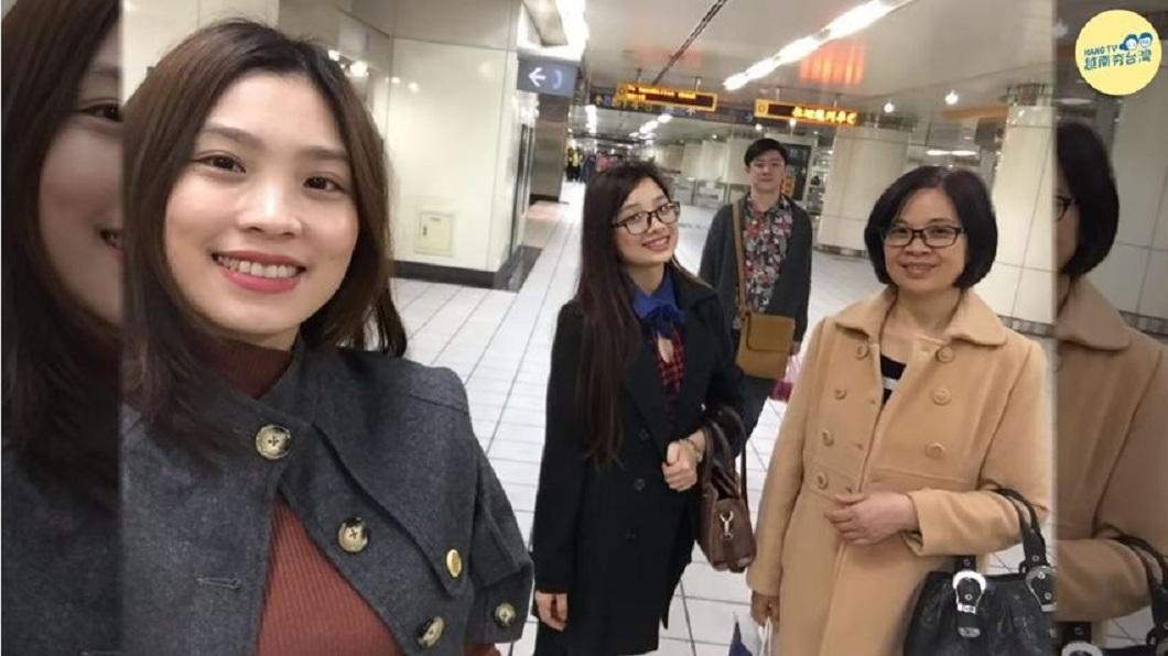 現在是新住民的阮秋姮(左一),她分享母親(右一)在14年前因為經濟來台幫傭,養大她們3姊妹。(圖/翻攝自YouTube) 感人!母從越南來台幫傭辛苦14年 讓女兒成家念碩士
