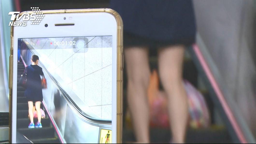 事後女大生請現場一對夫妻幫忙檢查男網友手機,確定並無任何偷拍照片。(示意圖/TVBS)