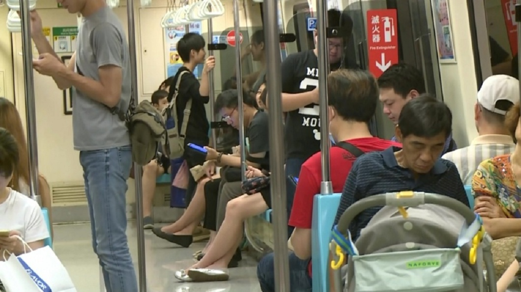 有男網友日前在捷運車廂內,被一名女子懷疑偷拍她的裙底風光。(示意圖/TVBS) 被當偷拍色狼遭逼道歉 他自清怒批:這嘴臉超噁