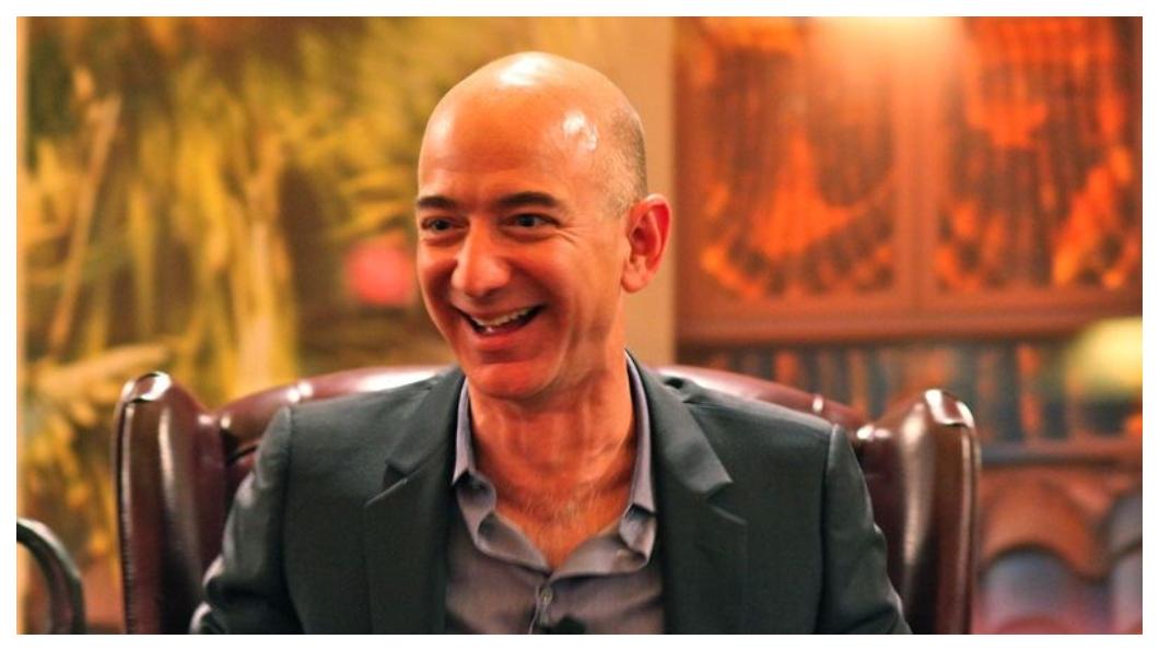 什麼都賣! 什麼都追求「無人化」! 亞馬遜創辦人貝佐斯卻成了人類史上最有錢的富豪!身價還遠遠超過微軟創辦人比爾蓋茲。  圖/中央社 《大老闆故事》什麼都「無人化」 貝佐斯成史上最有錢人