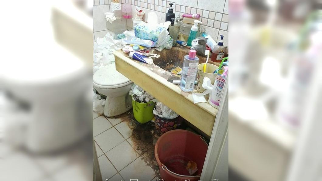 有網友分享一名女孩的廁所照片,多數人看到直呼:快吐了!(圖/翻攝自爆廢公社二館) 女孩家「地獄廁所」超噁 網驚:想看本尊長怎樣?
