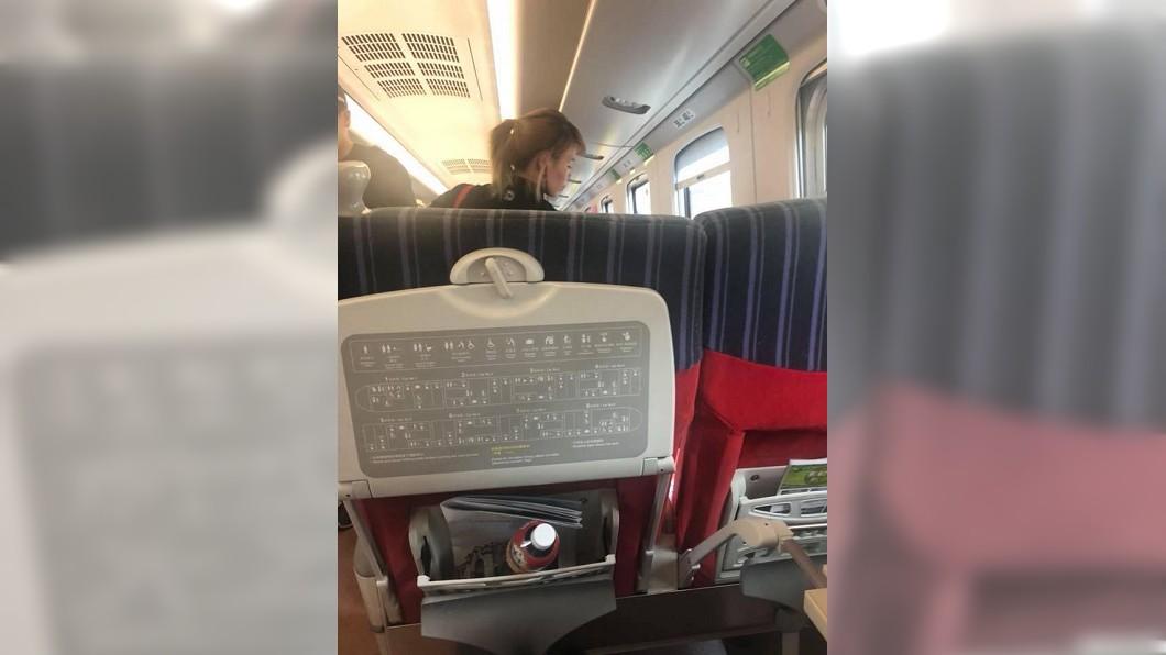 一名外籍女子買了普悠瑪的對號座位,但她仍讓座給一名行動不便的阿伯,網友直呼她心地真美。(圖/翻攝自爆料公社) 暖心!阿伯起身還普悠瑪座位 外籍女:我站就好