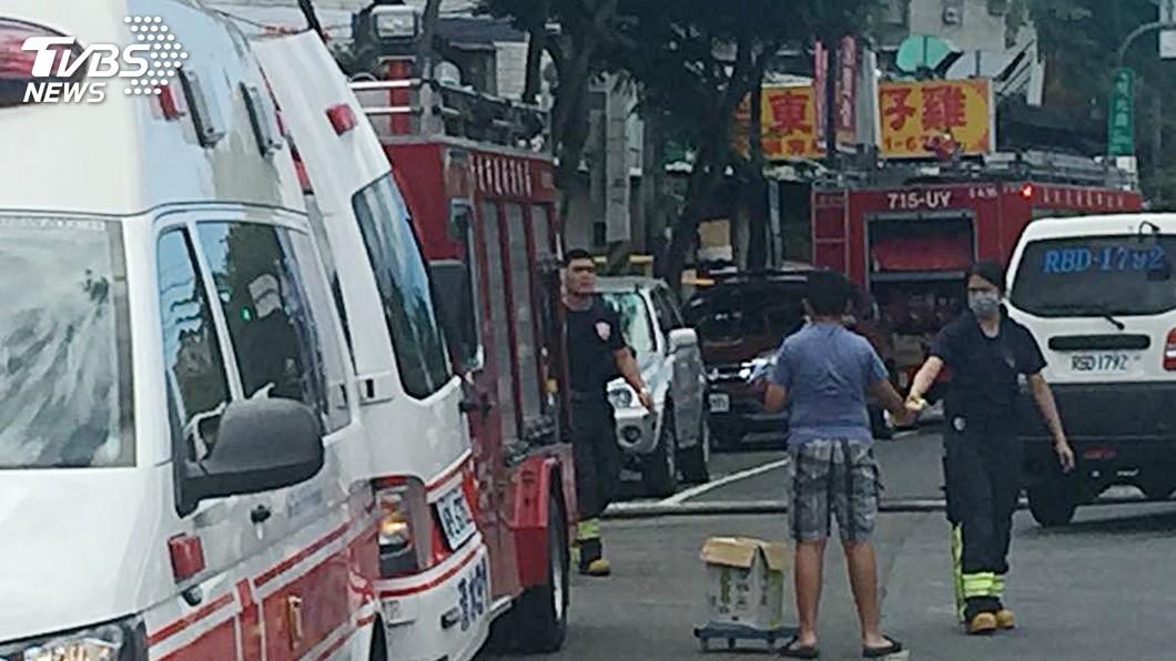 圖/新北市消防局提供 感動!消防員頂著大太陽救火 暖弟自掏腰包送冰飲