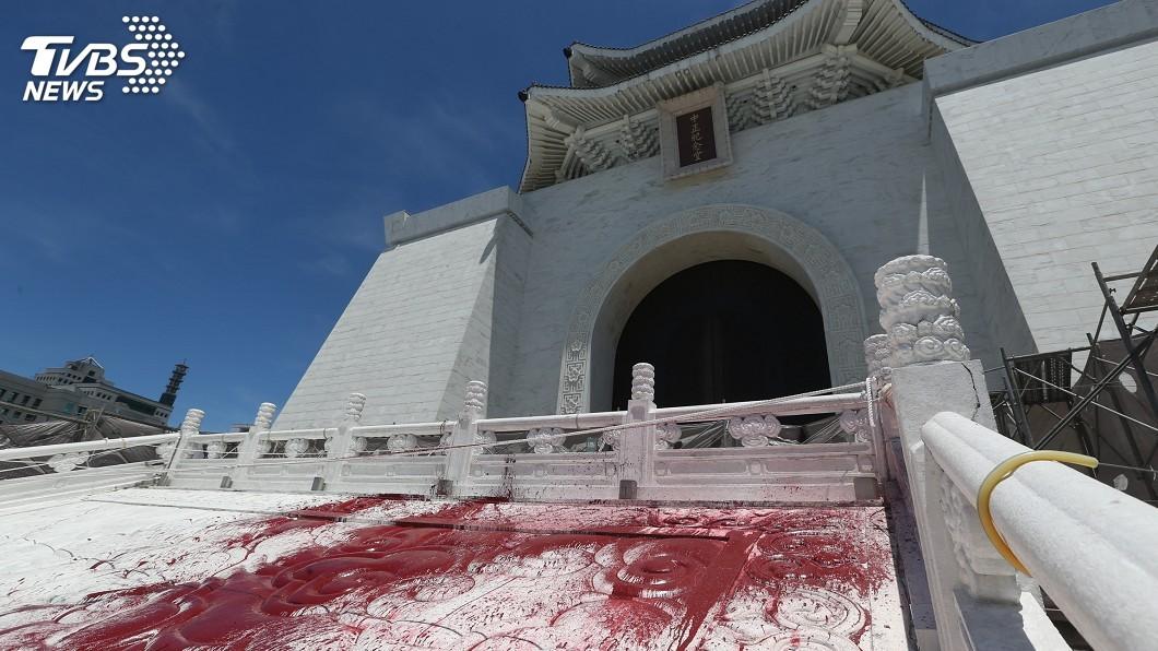 圖/中央社資料畫面 獨派人士朝中正紀念堂銅像潑漆 北檢不起訴