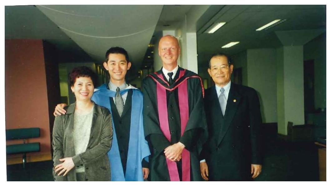 在英國取得行銷博士學位,父親曾水照(右一)和母親曾張月(左一)前往英國參加曾盛麟(左二)的畢業典禮。   圖/曾盛麟提供