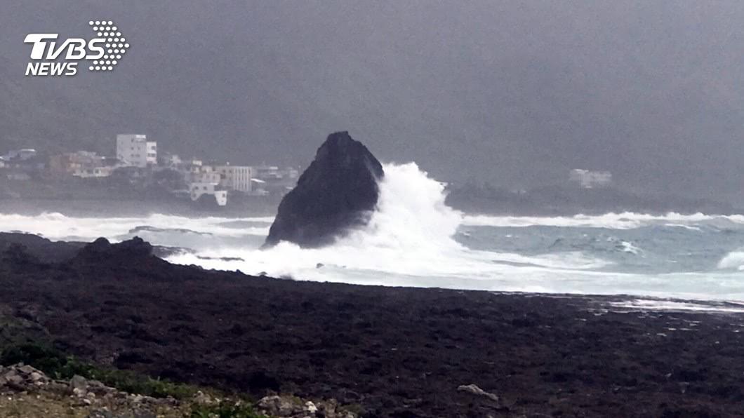 圖/TVBS資料畫面 颱風外圍環流影響東北部有雨 沿海風強浪大