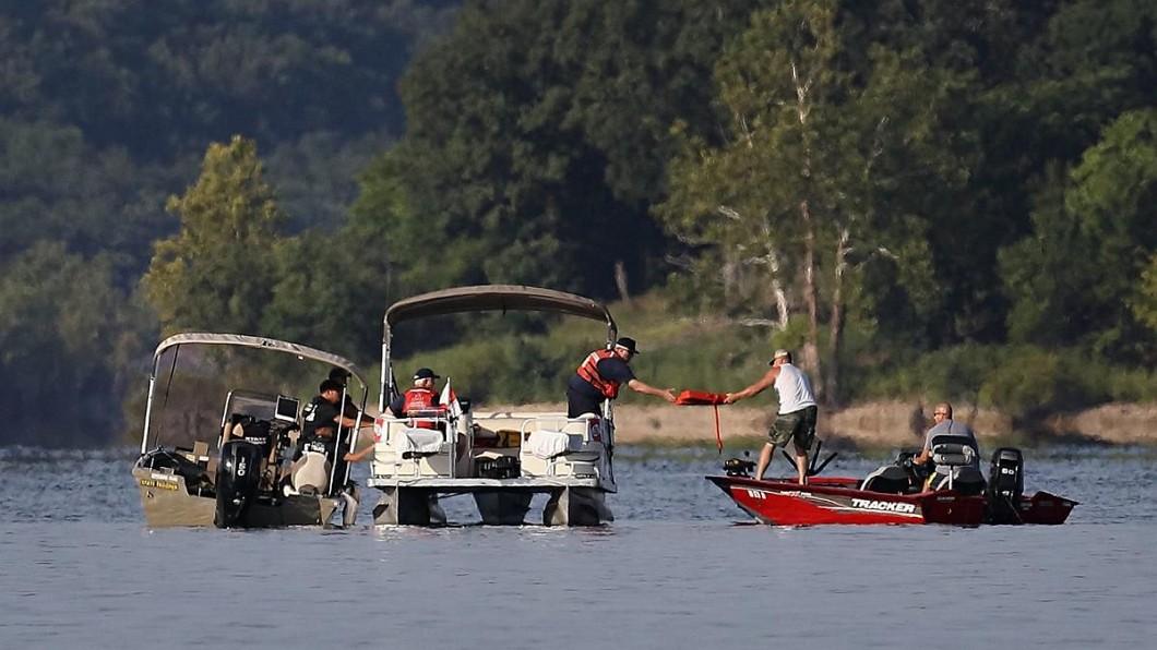 圖/翻攝自St. Louis Post-Dispatch Twitter 「別急著穿救生衣!」船長疑下錯令 觀光船翻覆釀17死