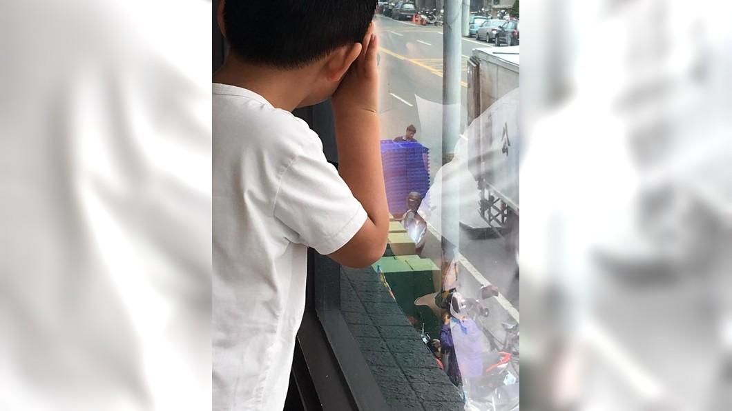 男童被獨自遺留在麥當勞內,隔著窗戶望著離開的母親,讓人看了十分心疼。(圖/翻攝自爆廢公社) 被母獨留在速食店 男童趴窗往外望讓人不捨