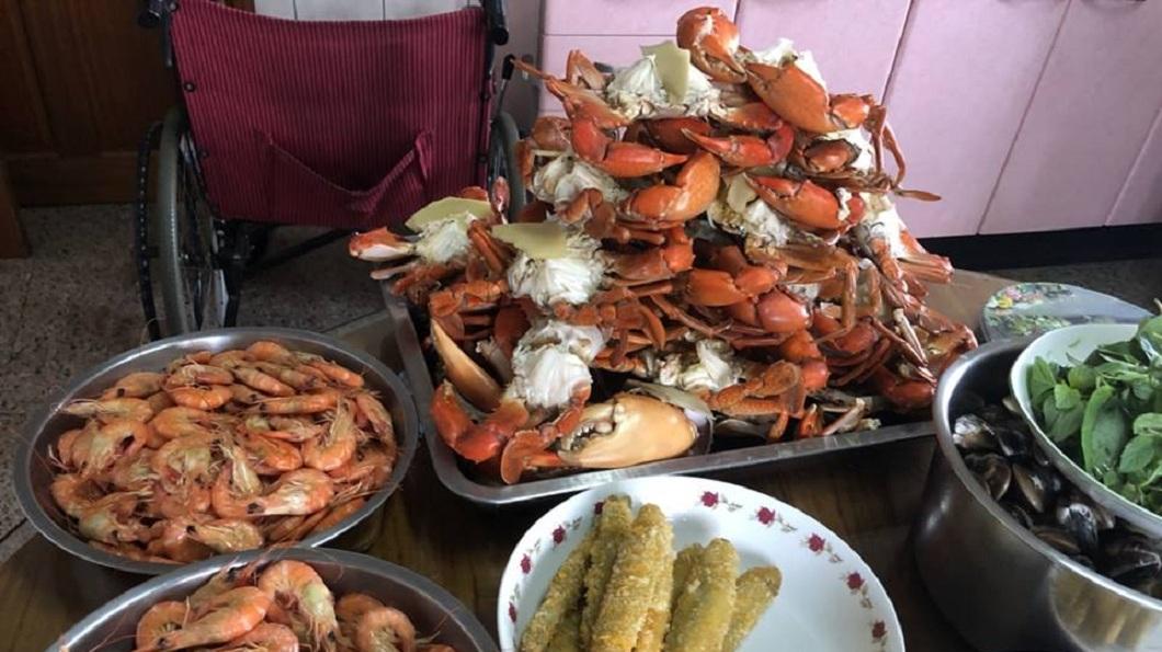 看到這桌滿滿的海鮮,網友們笑稱:這是痛風餐吧。(圖/翻攝自爆廢公社)