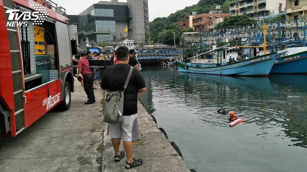 有男子騎車衝入漁港,搜救人員下海找尋。(圖/TVBS) 死意甚堅?男騎車衝漁港墜海 手綁機車握把上