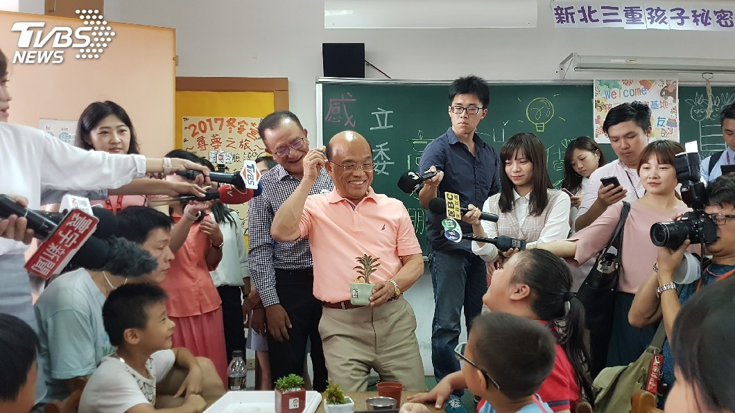 圖/中央社 蘇貞昌走進秘密基地 與小朋友植栽同樂