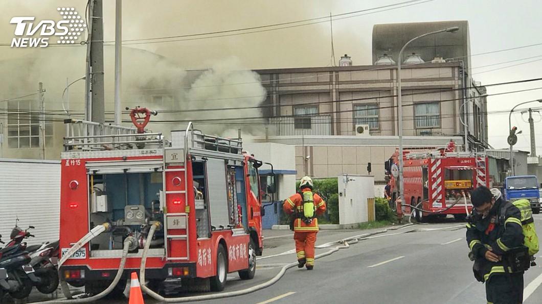 圖/中央社 蘆竹食品工廠大火 濃煙造成一人嗆傷