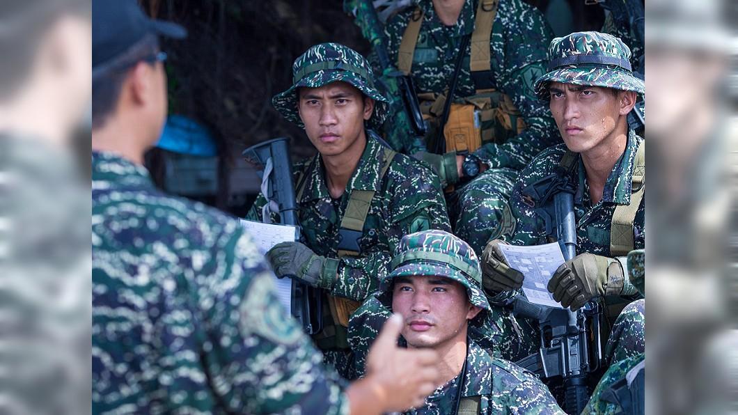 圖/翻攝自國防部發言人臉書 29人剩12人 53歲士官長拚「水中爆破」臂章