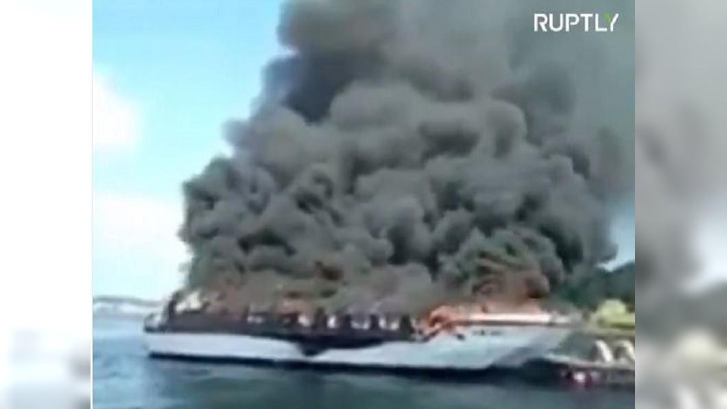 圖/翻攝自Ruptly推特 西班牙雙體觀光船大火 52人順利獲救