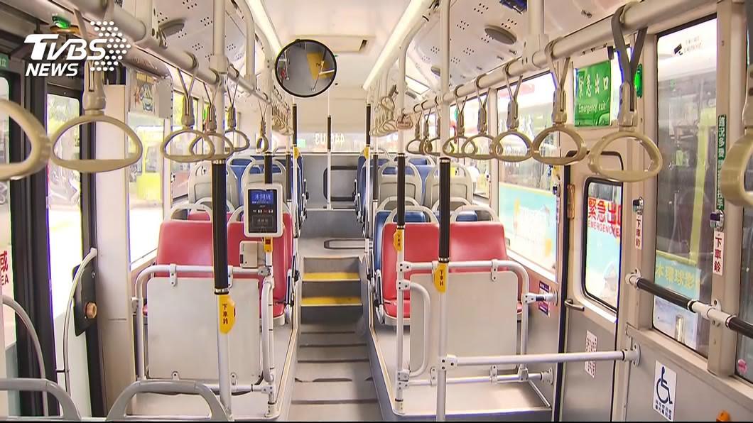 示意圖/TVBS 情侶搭公車脫口罩親熱:一下就好啦 遭司機拒載趕下車