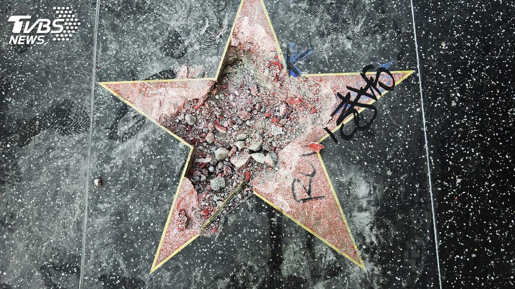 圖/達志影像美聯社 川普名人星章又被毀 24歲男子持鶴嘴鋤撬碎