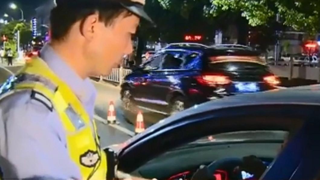 圖/翻攝自央視新聞微博 丈夫酒駕遭員警抓包 妻神回:這不算他沒駕照
