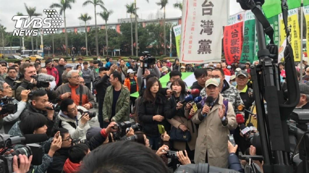 圖/中央社 焚燒國旗、衝撞員警 蔡丁貴罪嫌不足全獲不起訴