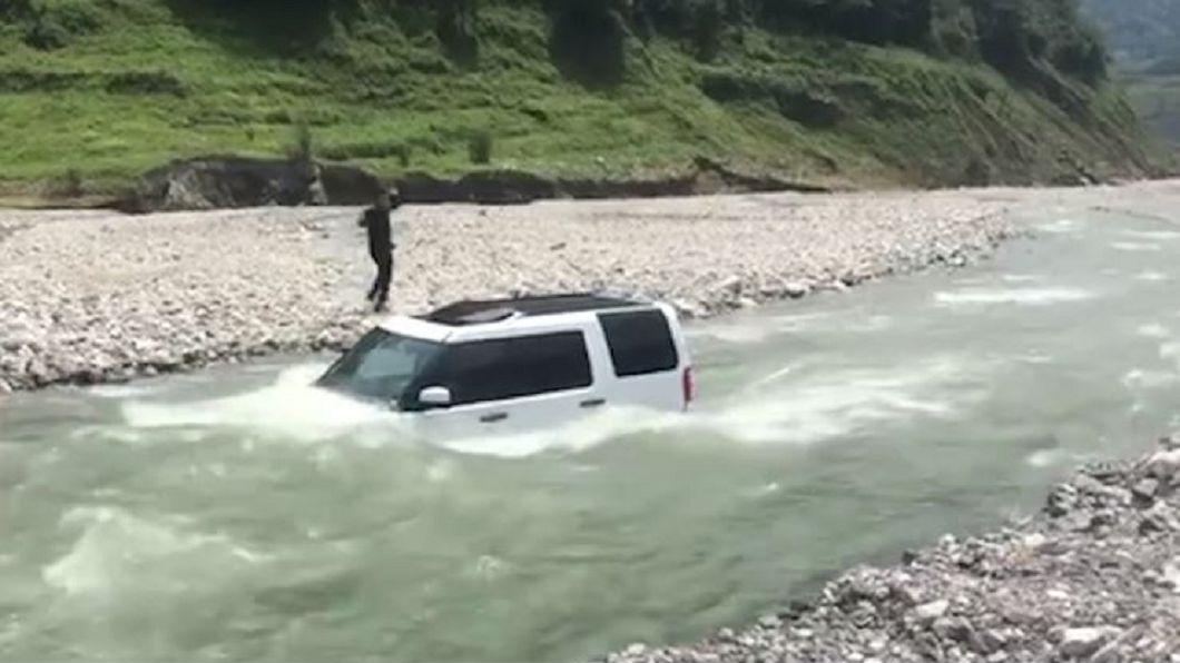 圖/翻攝自澎湃視頻 455萬元越野車被河水淹沒 只因他想「省90元」