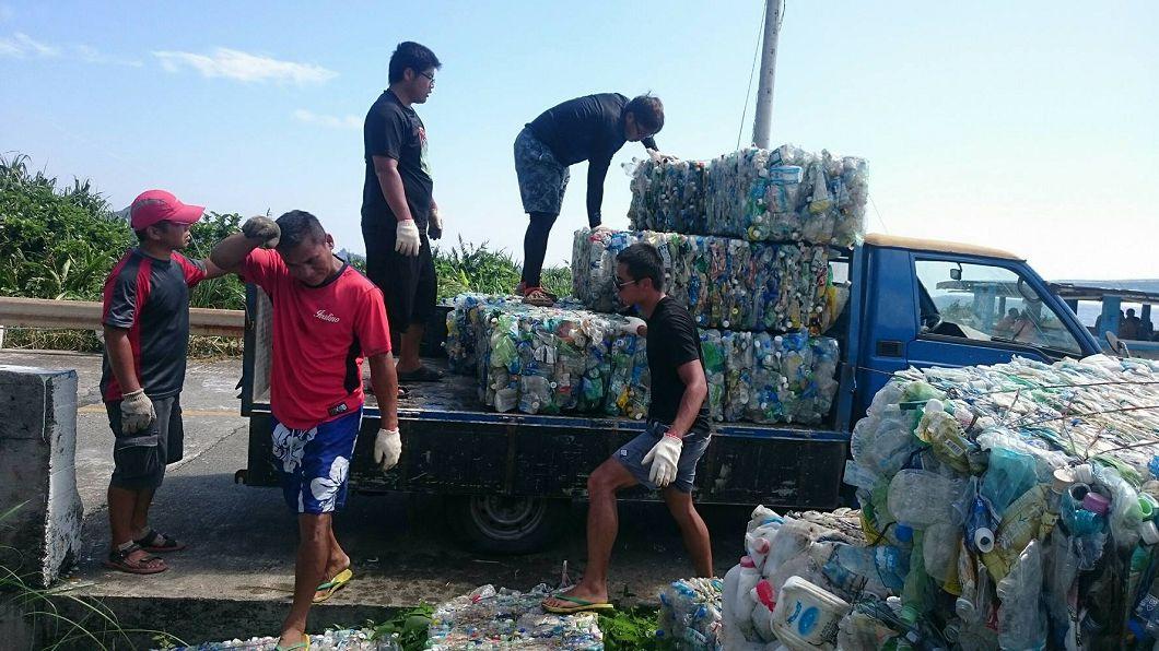 圖/翻攝自文人之島,環保之道臉書 虧錢也要救蘭嶼 他自費買壓縮機送寶特瓶磚回台