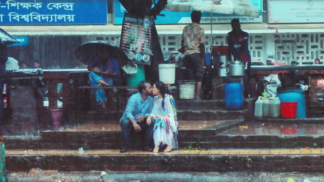 孟加拉一名攝影記者拍了一對情侶在雨中親吻的照片,結果引發當地一陣嘩然。(圖/翻攝自臉書) 拍下「情侶雨中親吻照」 記者遭同業打還被開除