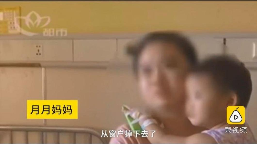 大陸一名2歲女童從住家17樓墜下,幸運地僅受輕傷。(圖/翻攝自梨視頻) 幸運!2歲女童從17樓墜下沒事 爬起回家哭著找奶奶