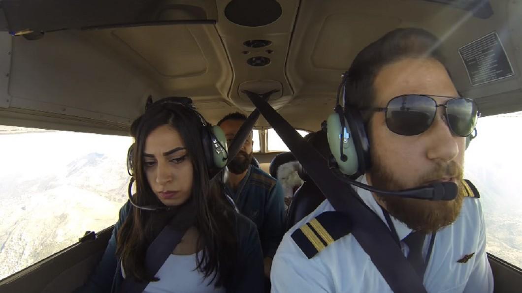 女友一察覺飛機引擎不對勁時,擔憂的神情立刻表露在臉上。圖/翻攝自YouTube