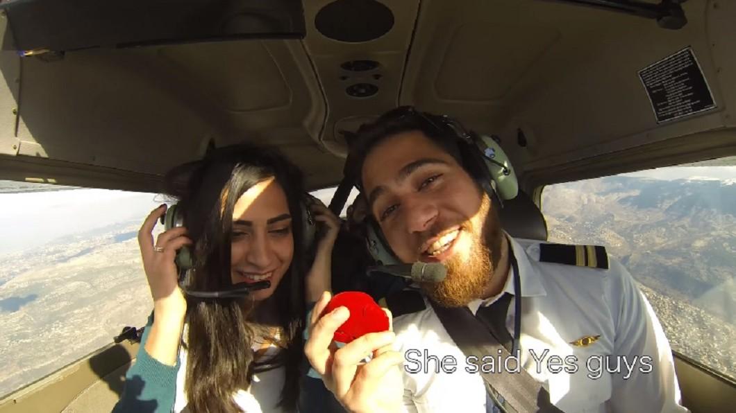 念完卡片內容後,女友喜極而泣,立刻答應機師男友的求婚,為這趟旅程畫下一個完美的句點。圖/翻攝自YouTube