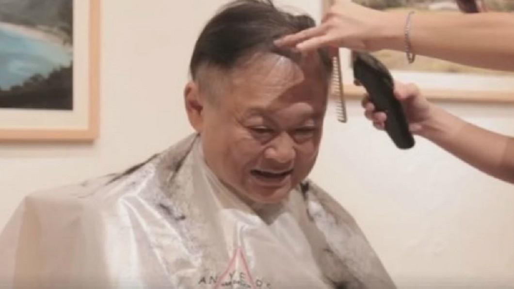 2017年王世堅履行影片破百萬點閱的承諾,在臉書直播剃頭過程。圖/翻攝自 王世堅 臉書