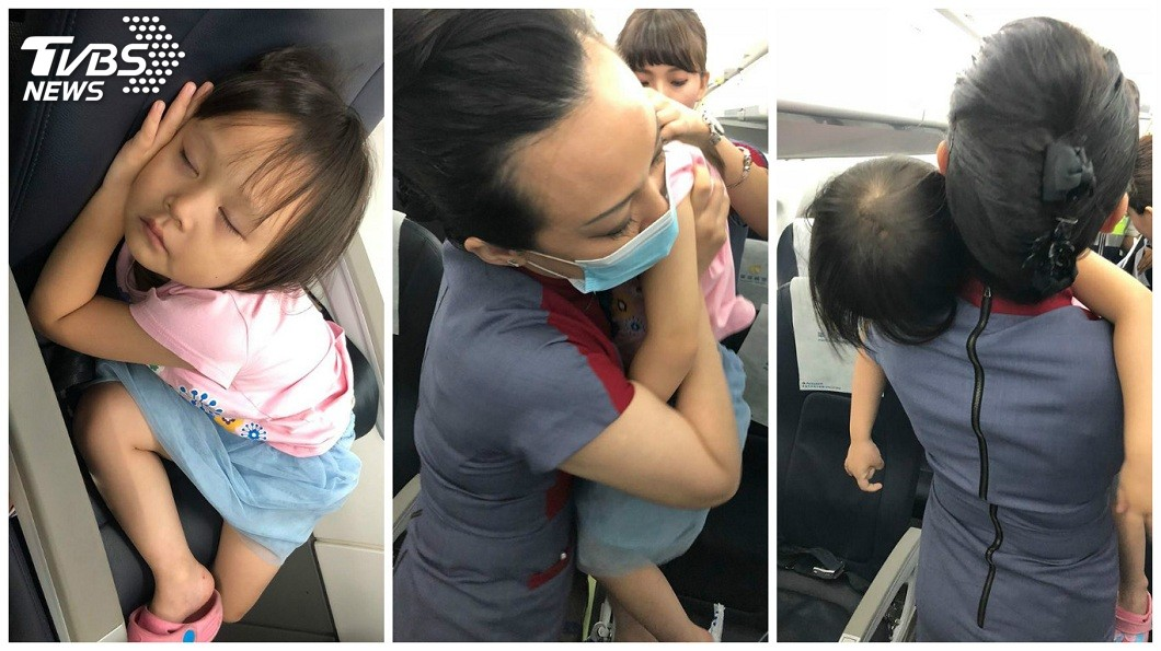 小女童在機上睡著叫不醒,空姐幫忙抱她下機。(圖/網友呂小姐授權提供) 母「1打2」搭機超無助…女睡翻叫不醒 暖空姐幫抱下機