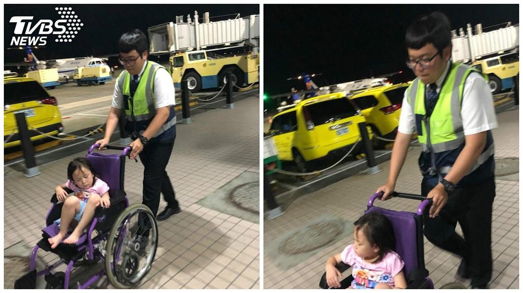 除了空姐之外,地勤人員也幫忙用輪椅推出。(圖/網友呂小姐授權提供)