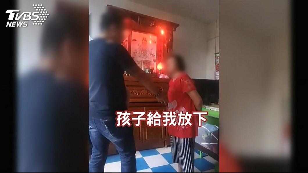 圖/TVBS 「孩子給我」!女控家暴前夫 闖家門挾小孩