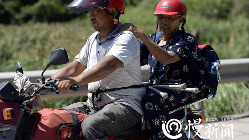 圖/翻攝自《重慶晚報》 花6小時換車!身障翁「自綁車後座」遠征 背後原因炸淚