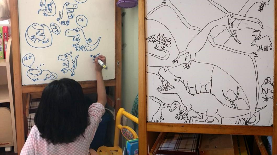 綺綺生前最喜歡恐龍,本來想用這些圖畫製作LINE貼圖。圖/翻攝自 施景中  臉書 有洋蔥…10歲女孩寫給醫師父親節簡訊 近萬父母潰堤