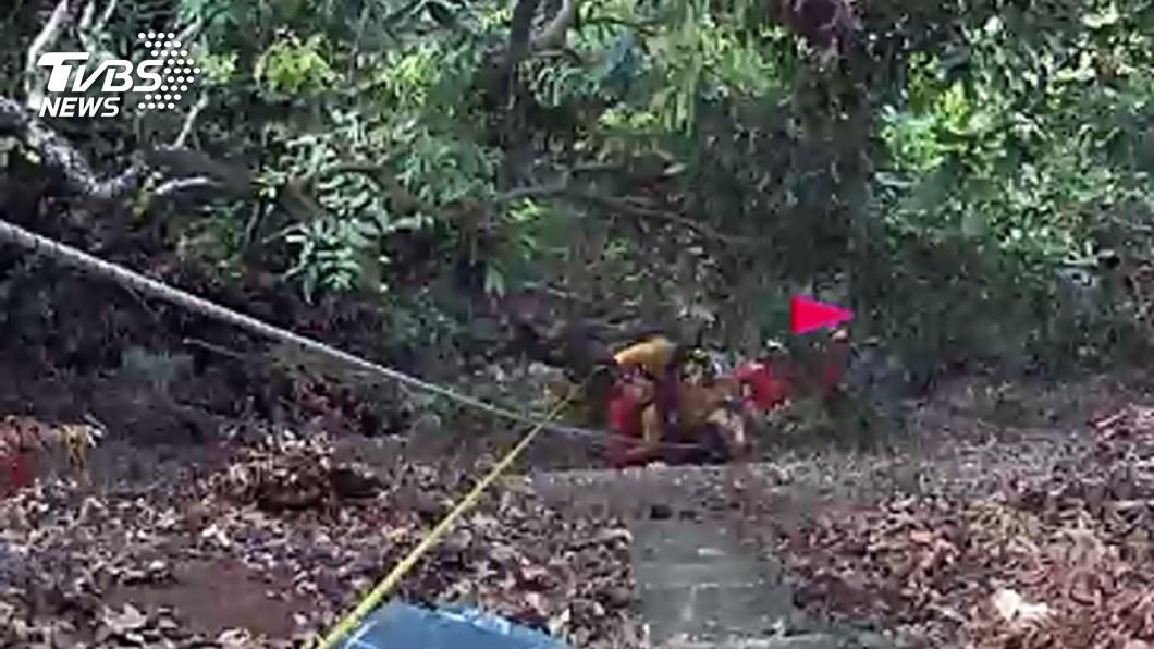 圖/中央社 老翁摘龍眼摔落50米山谷 送醫不治