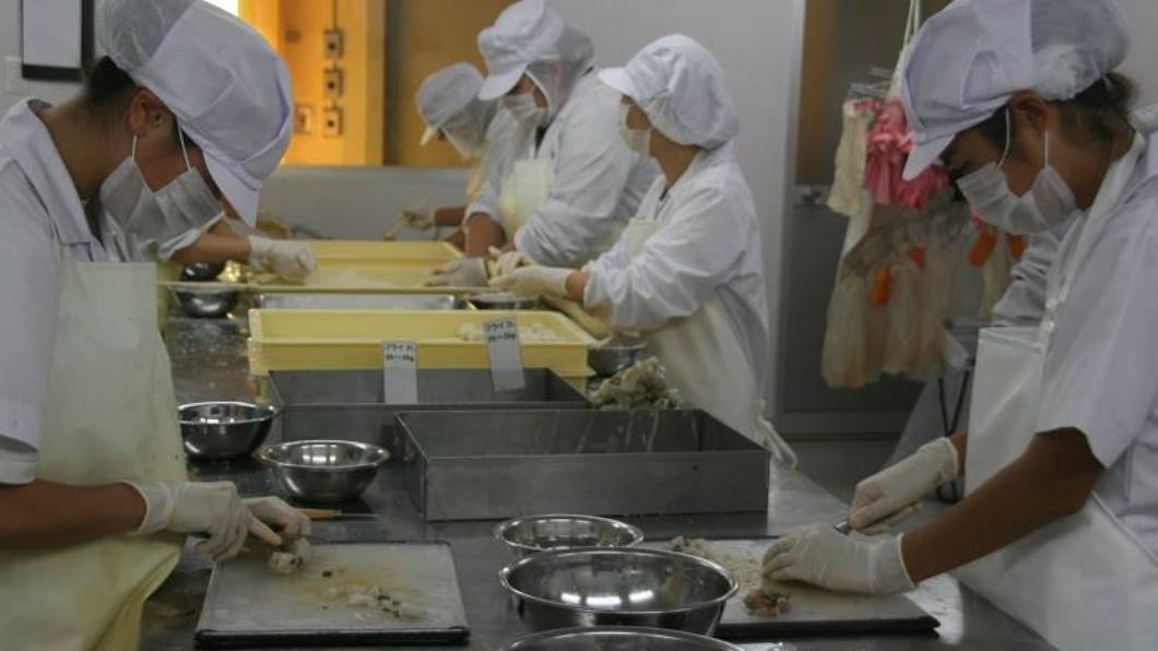 這間佛系海鮮加工廠員工的作業畫面。圖/翻攝自臉書