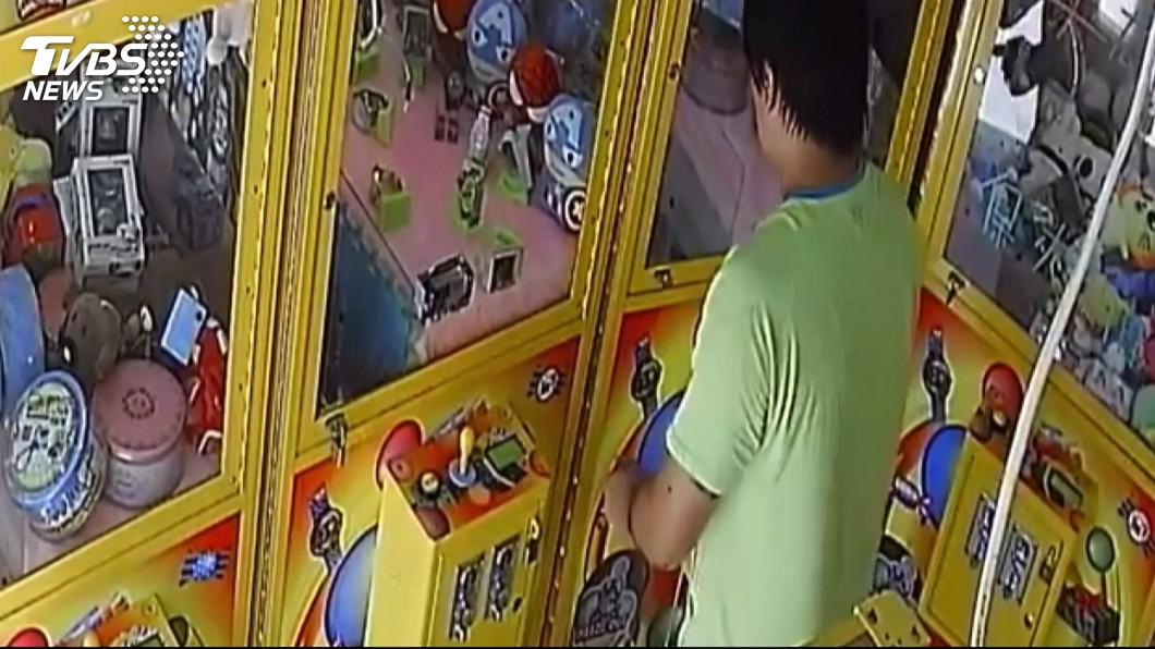 彰化鹿港日前出現一名娃娃機大盜,目前已經遭到警方逮捕。(圖/TVBS) 中部娃娃機大盜落網 業者大罵:想把他「阿魯巴」