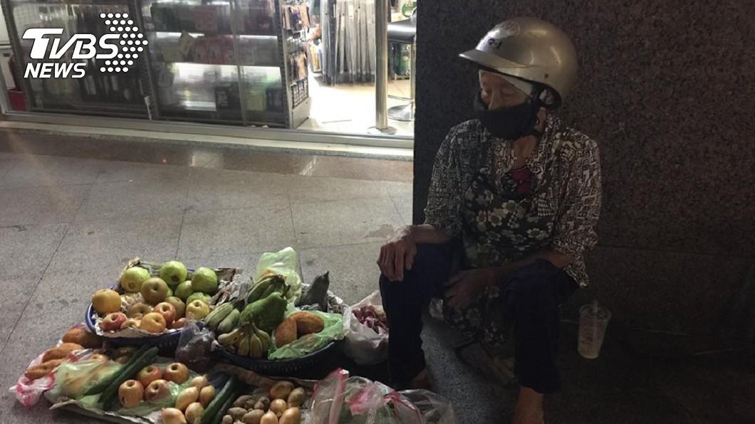 圖/網友授權提供 遭家暴、子女棄養…86歲嬤深夜賣菜 依偎超商燈光擺攤