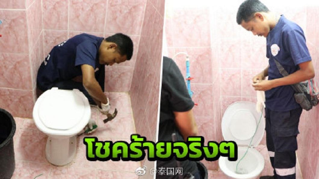 泰國一名女子在上廁所時,遭蟒蛇咬傷臀部和手臂,目前送入加護病房觀察。(圖/翻攝自泰國往微博) 蟒蛇躲在馬桶內 女如廁被咬臀部送加護病房