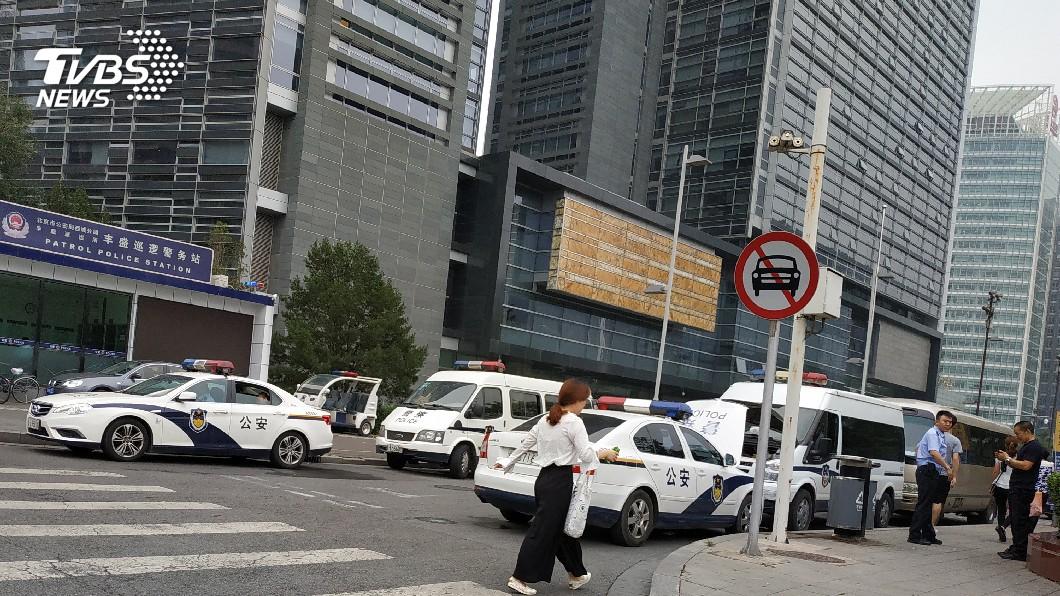 圖/中央社 直擊北京金融街維穩 上百警力包圍銀監會