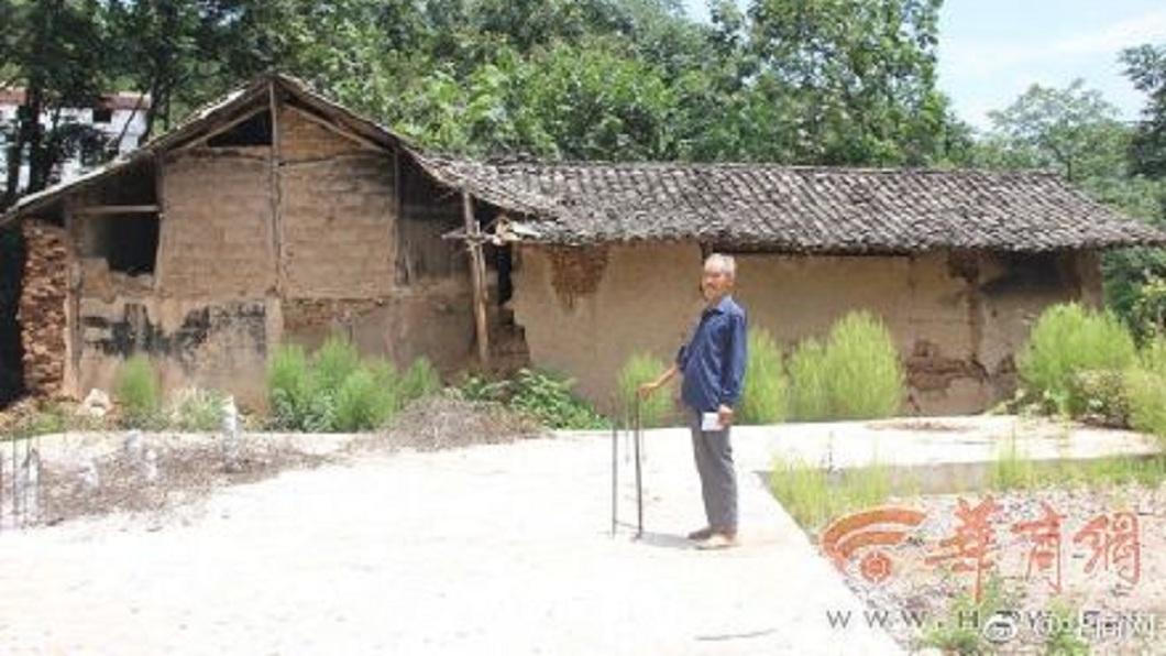 陝西一戶李姓人家,6名子女將父母親的遺體放置在老家的土坯屋內。(圖/翻攝自華商網微博) 老家是風水寶地 6子女葬雙親飄屍臭「陽宅變陰宅」