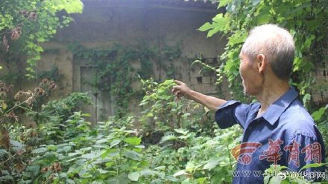 死者李姓夫妻的堂弟說,他們的子女將兩老的遺體放在這,都已經飄出屍臭味。(圖/翻攝自華商網微博)