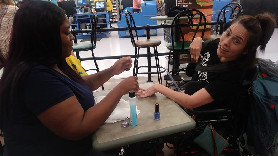 圖/翻攝Tasia Smith臉書 腦麻女「手抖」被美甲店拒接 收銀員:我買指甲油幫妳塗