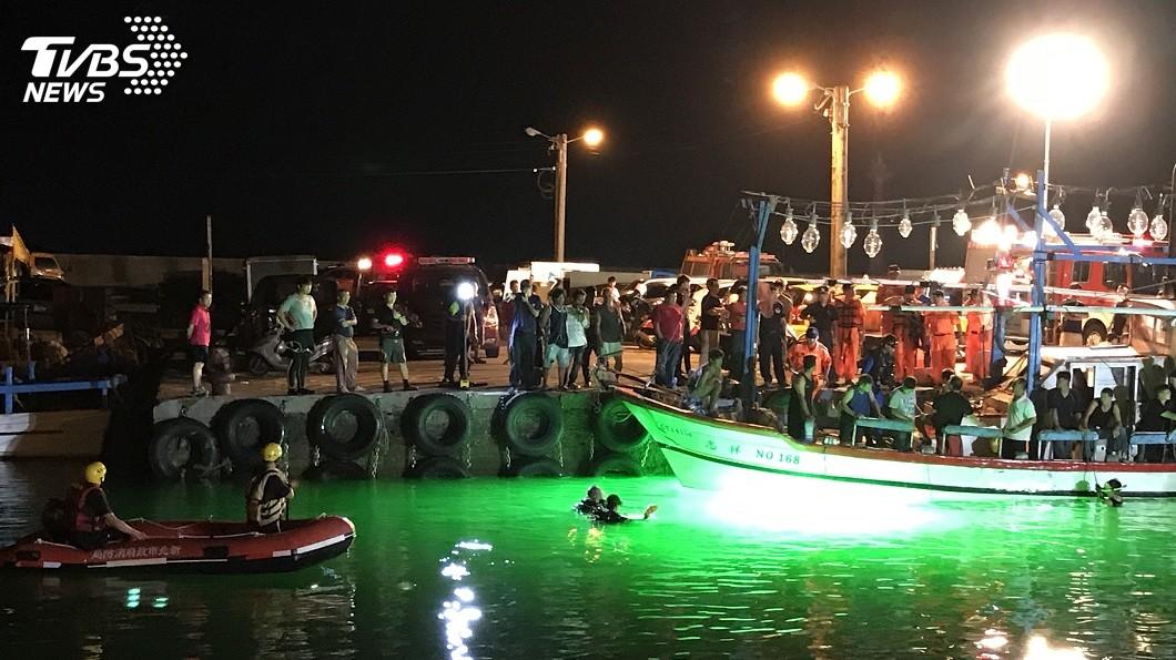 有男子開車衝入萬里漁港內,搜救人員下海找尋。(圖/TVBS) 疑情侶爭吵…男開車衝入萬里漁港 救起無生命跡象