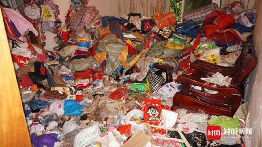 成都一名婦人把家裡搞得像垃圾場,屋內臭氣沖天。(圖/翻攝自封面新聞) 女撿垃圾囤屋臭如「鯡魚罐頭」 16人清整天運走30車