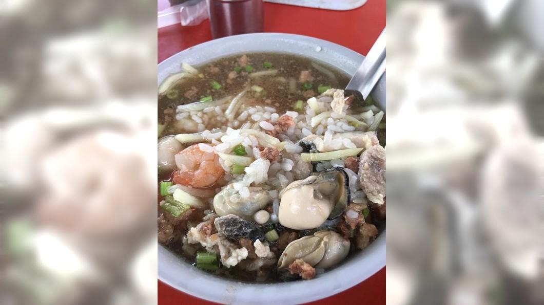 有網友分享高雄的海鮮湯飯,這碗只要60元,讓其他人看了都直呼超羨慕。(圖/翻攝自爆廢公社) 佛心老闆60元海鮮湯飯…鮮蚵肥料滿滿 網羨:肚子餓