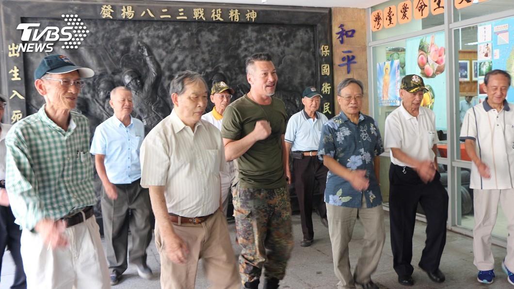 圖/中央社 八二三炮戰60週年 黃仲崑向老兵致意