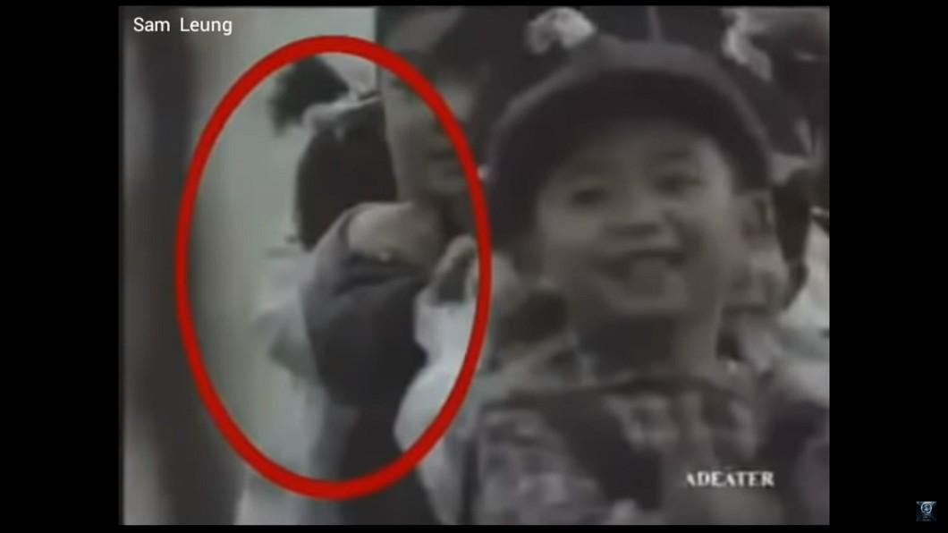 1992年這支火車廣告疑似出現靈異畫面,引發爭議遭下架。圖/翻攝自 YouTube 毛!26年前廣告遭停播 那位「低頭女孩」是誰?